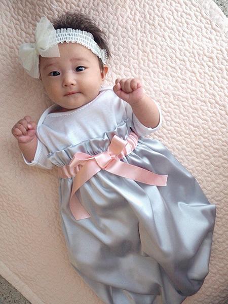 ふんわりバルーンシルエットが可愛いオシャレなドレスも。真っ白なヘアバンドも可愛い!