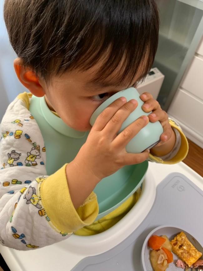 取っ手がなくても上手に飲める、子どもの手にちょうどいいサイズ感と重み