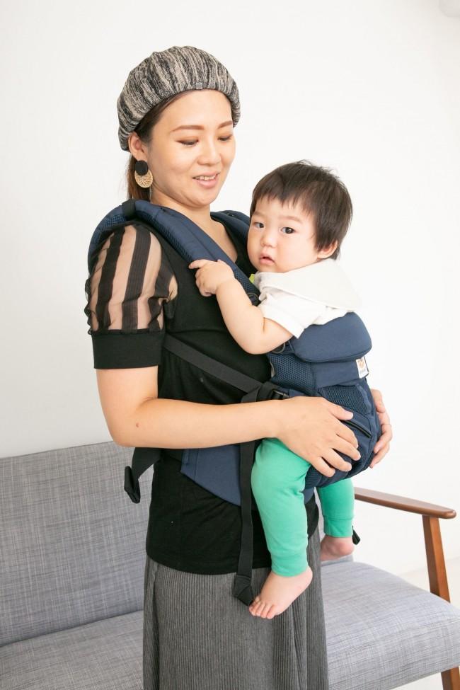 ママにしっかり密着できて安心なお顔。ママも抱き心地に満足です♪
