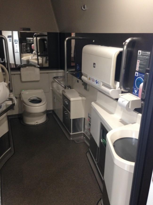 オムツ交換シートに、着替え用スペースもあり、広々気持ちが良い!