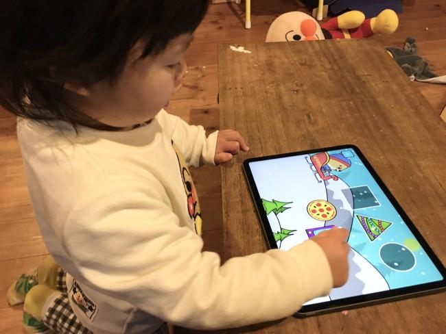 かたはめパズルで遊んでいる娘。ママのための便利アプリをはじめ、子育てに必須のアプリをご紹介します