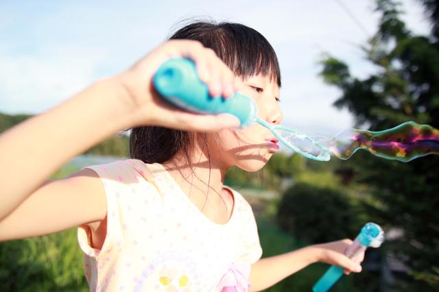 輪っか型の吹き口なら、小さな子どもも楽にシャボン玉が作れます♡
