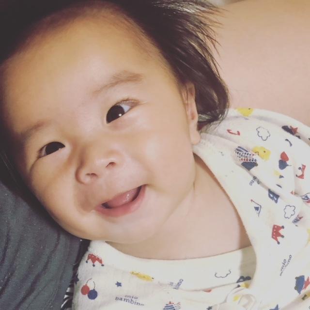 最近4ヶ月になった次男。ギャンギャン大泣きしたとあとでも、優しく話しかけたり歌を歌ってあげると微笑んでくれます