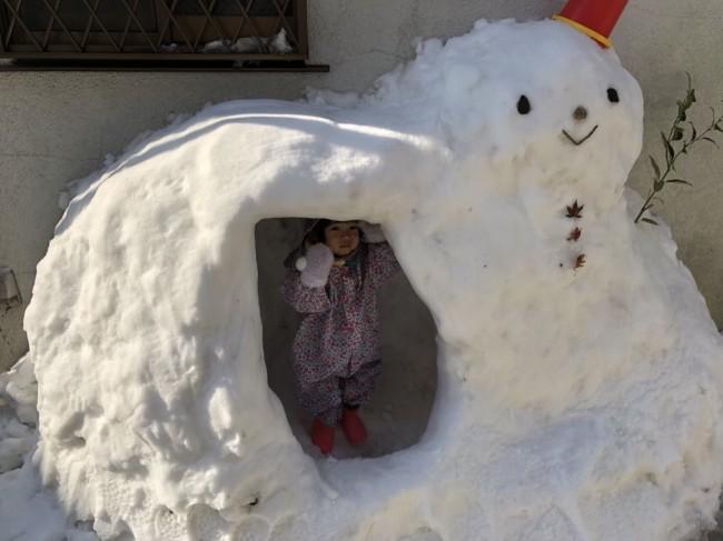雪の日もたくさん着込んだ上にレインロンパースを着て、お外遊び!