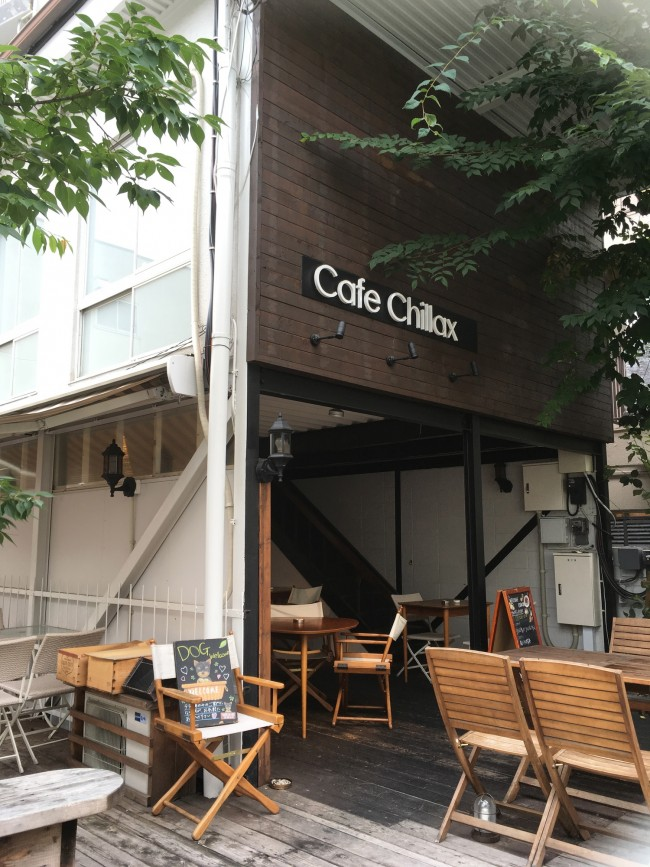 中目黒の路地裏に佇むカフェは、緑もたっぷりで居心地抜群。お店の横には2台分の駐車場も完備です
