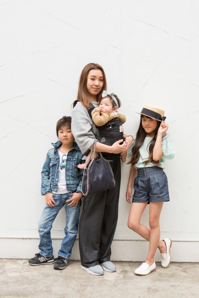 モデルちゃんのようなスタイルのお姉ちゃん&お兄ちゃんに、可愛いベビーの3兄弟。3人お子さんがいるとは思えないほどの若くてキレイなママ。お子さんと一緒にファッションを楽しんでいる様子が伝わってきました