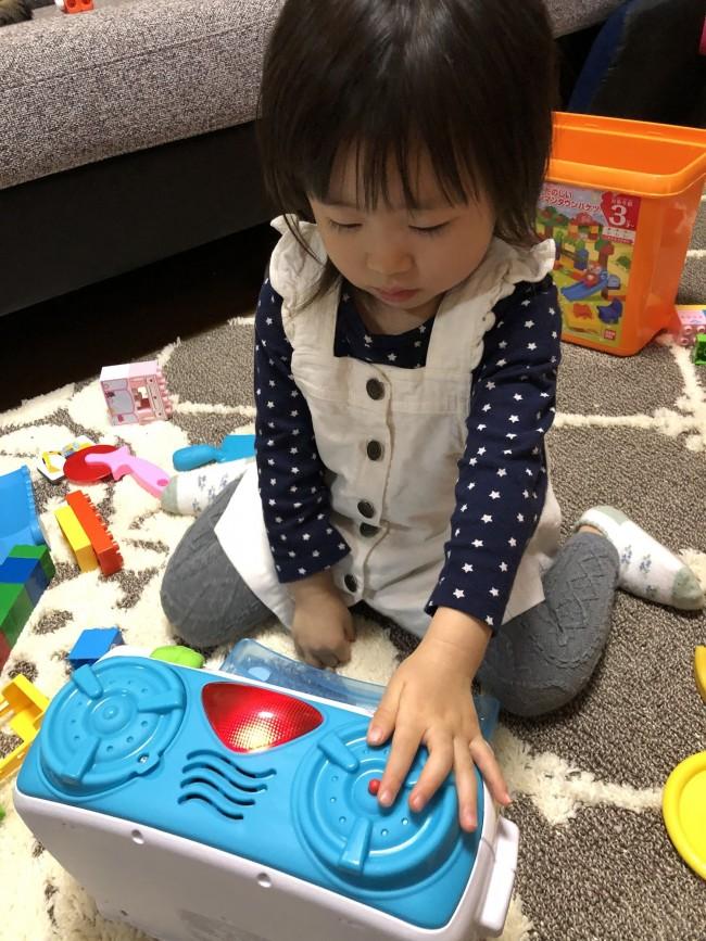 娘はダイヤルを動かしたり、ボタンを押したりして英語の音楽やフレーズを真剣に聞いています