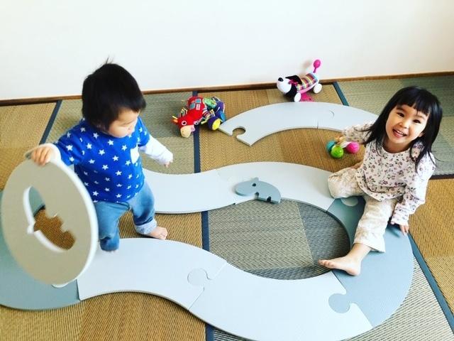 お部屋のなかで遊べる、おおきなパズルといった感じ。遊びの幅も広がります