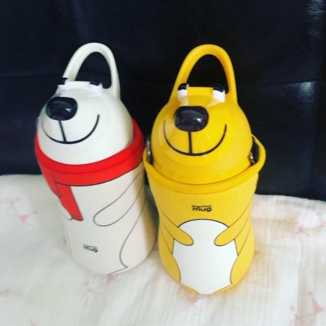 我が家には、黄色いクマさんと赤いマフラーのしろクマさんがいます♪