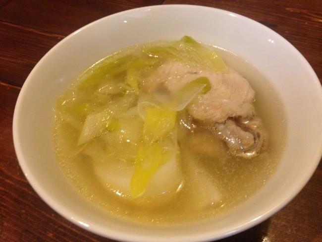 我が家のチキンスープはこんな感じ。鳥肉に生姜や長ネギ、もち米を加えます