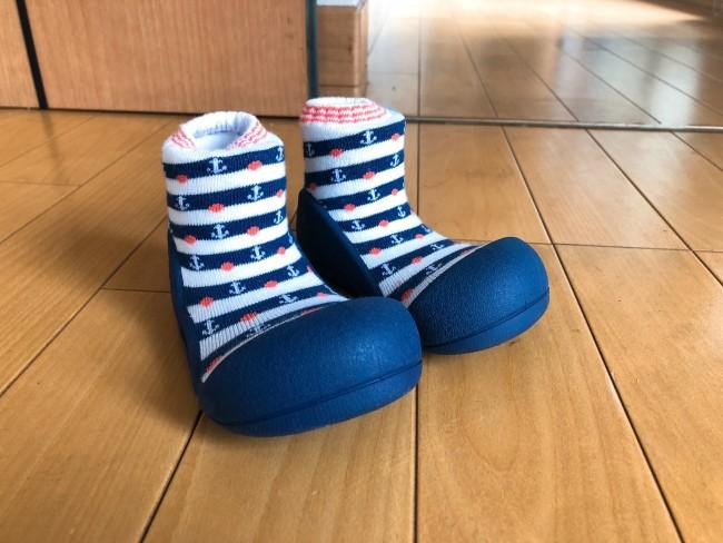 靴下のような靴のような、独特なデザインです