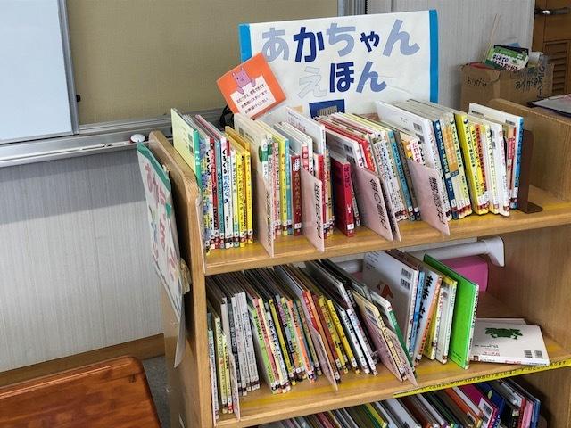 赤ちゃん用の絵本。どんなものが気に入るかわからないので、一度借りて読んでみて、夢中になるようなら購入を検討したりします