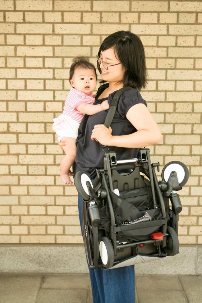ちいさなママでも片手で楽々。肩にかけれることで両手も空いて赤ちゃんをだっこしていても安全安心