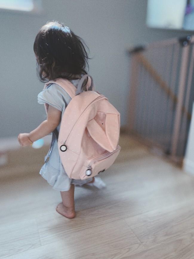 姉がいない間にこっそり背負って、お出かけごっこをする妹。もう少し大きくなったら、一緒にアニマルを選んであげようと思います♡