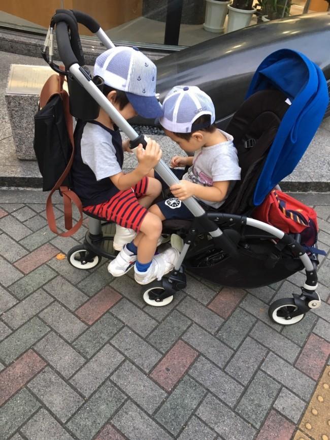 ふたり乗りするお兄ちゃんたち。ママの手を煩わせず、仲良く乗っていてくれるので大助かりです