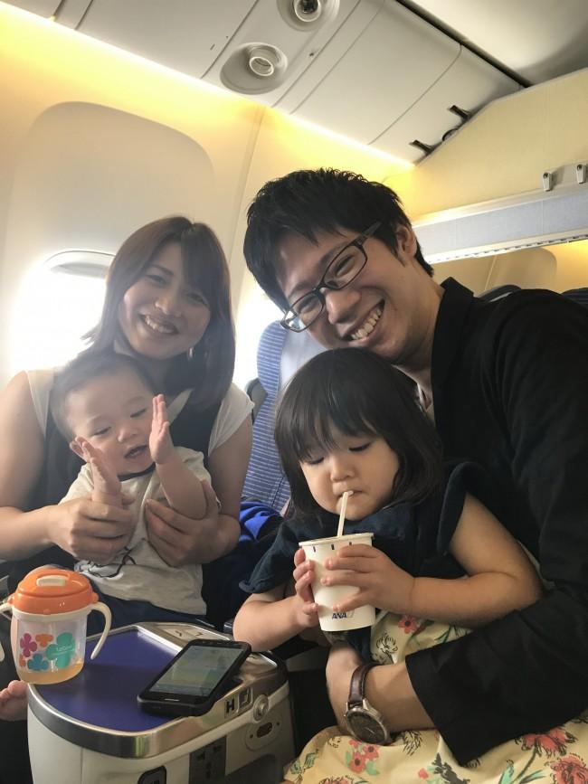 スミヨシさん親子。1歳のしゅうやくんと、2歳のなつみちゃん。年子の姉弟との飛行機は大変そうですが、みんなニコニコです