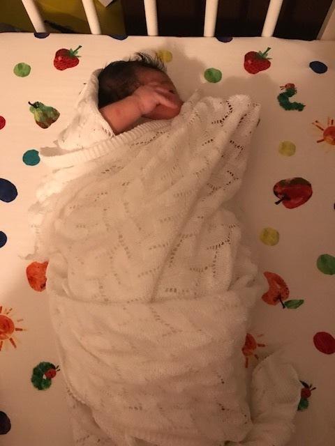 妹からの出産祝いの「G.H.HURT & SON のおくるみ」。退院後すぐにブランケットに