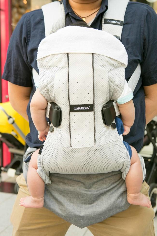 新生児から使えるビョルン。パパの胸もとで安心しておねんねしていました