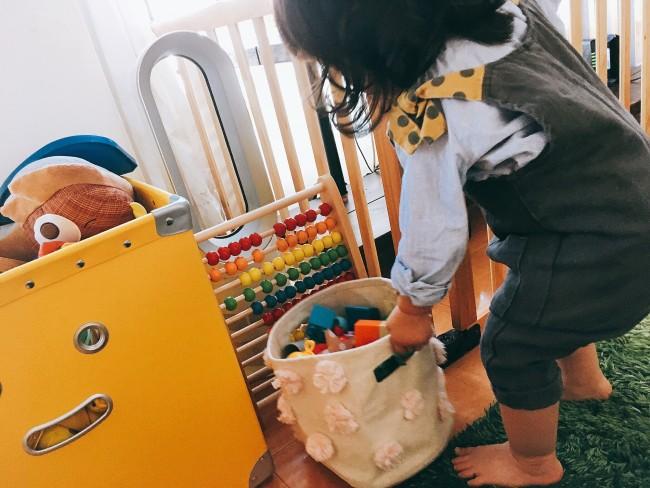 左に見えるのがIREMONYAのおもちゃ箱。大きくて、自分で出し入れがまだ上手にできないよう
