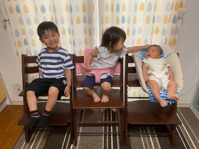 お兄ちゃん、妹ちゃん、赤ちゃんと、みんなおそろいのトリトラ! 使い方はそれぞれだけど同じ椅子。3兄妹仲良く、とっても楽しい我が家です♪
