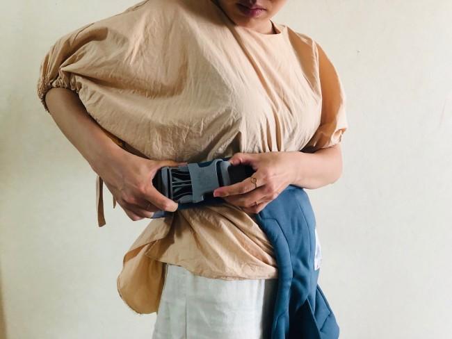 腰ベルトを装着。安全用ゴムループに通してから、バックルを留めます