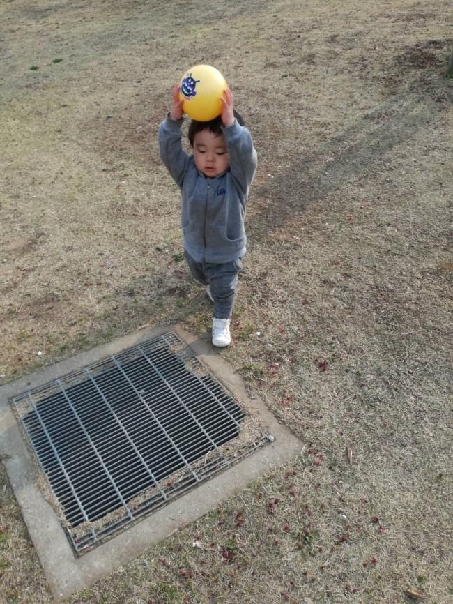両手で持ってポン! 子どもどのボール遊びは、ママにも良い運動になりますよ♪