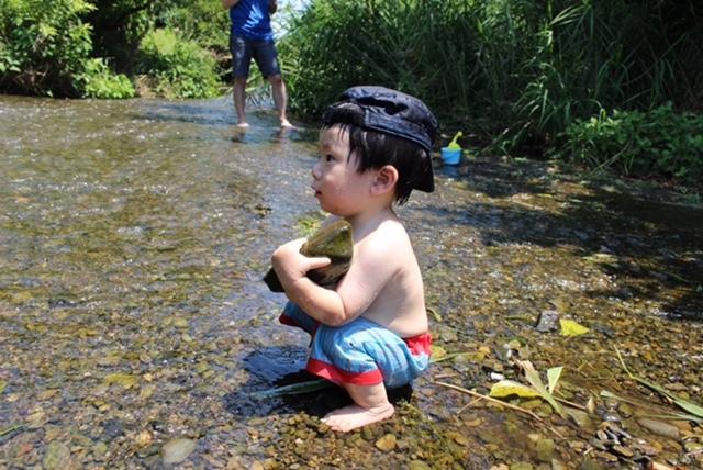 川やプールでは、水着の下に水遊び用オムツを履かせています