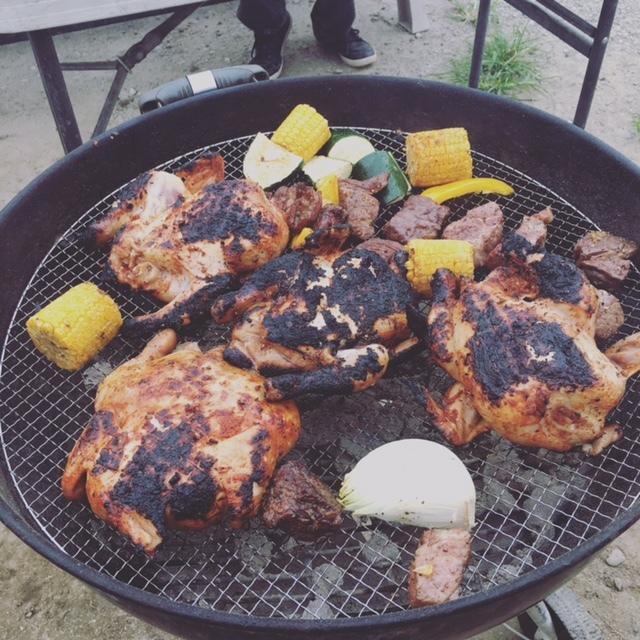 炭火で食べるお肉は美味しい! 豪快に食べて飲んで、大人たちもリフレッシュできました!