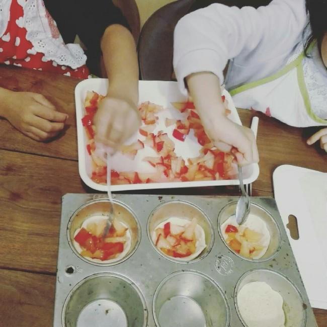 パイの型抜きやフィリングを入れたり、子どもでも簡単な作業ばかりです