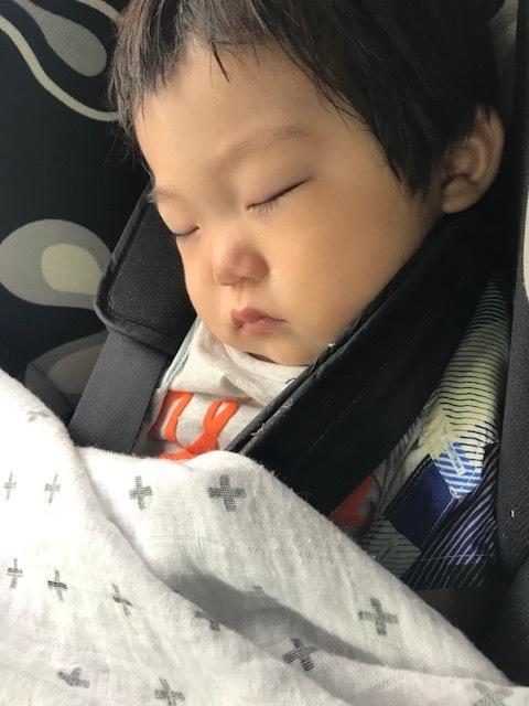 疲れて爆睡の息子。チャイルドシートが前向きだと景色もよく見えてすごく楽しそう!