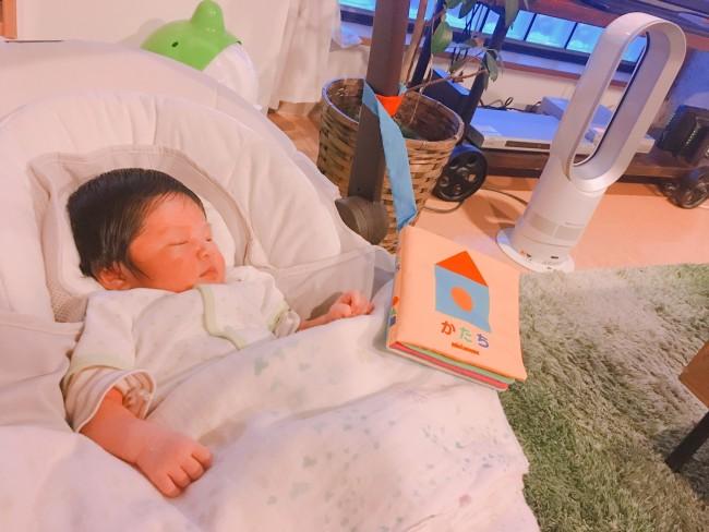 すやすやと寝いていることが多い新生児期。スウィングが、日中の赤ちゃんのベッド代わりに