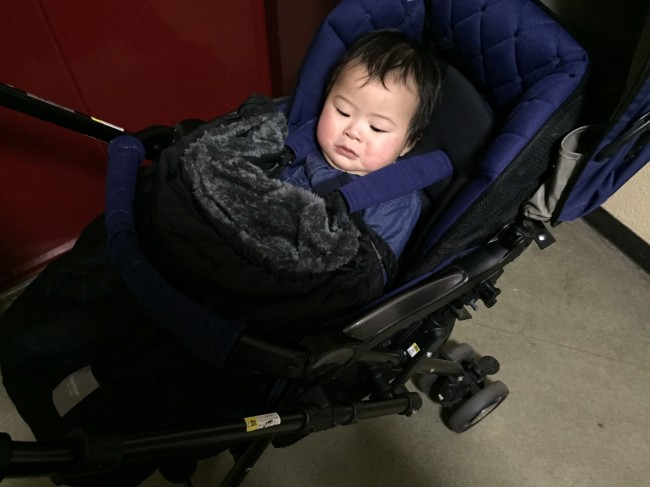 対面の場合はちょっと遠いので、短い取り付け用ストラップでベルトに付けてみました。上下に移動してしまうので、赤ちゃんが暴れると一緒によれてしまってちょっと不安定