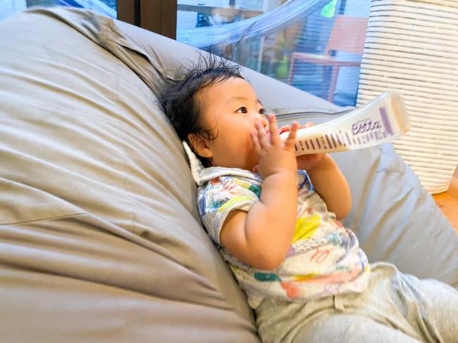 自分のペースで飲みたくなるのか、最近は自ら哺乳瓶を奪いとりごくごく飲んでいます