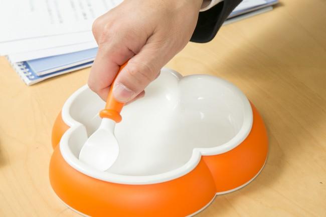 手前から先にスプーンを伸ばしながら食べる子ども。クローバーのエッジでひっかかり、おかずが逃げない設計だ