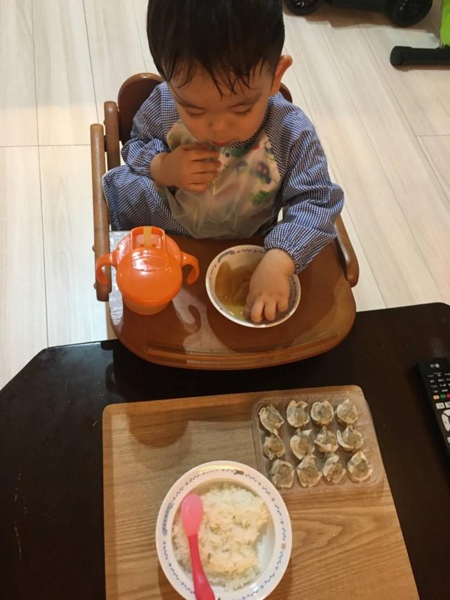 ダイニングでは子ども用のお食事椅子を。だんだんと、つかみ食べをするように…