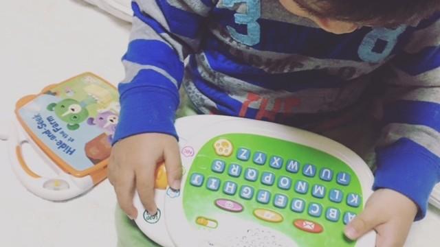 《はじめての知育玩具はこれに決まり!》パソコン型おもちゃで、楽しく遊びながら英語に親しんで♪