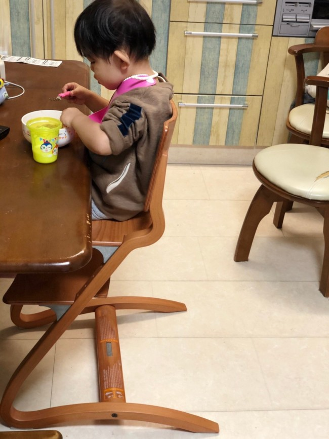 年代物の椅子をテーブルにつけていたときに比べて、部屋もすっきりおしゃれに見えます