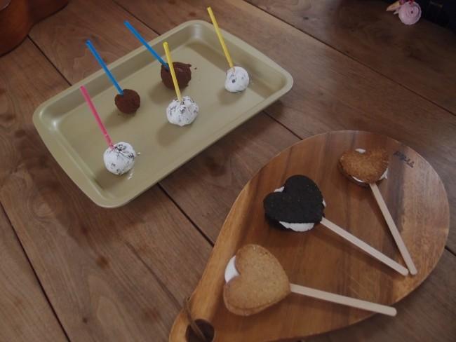 マシュマロサンドクッキーと、チョコボール! どちらもロリポップ型で楽しく可愛い♡