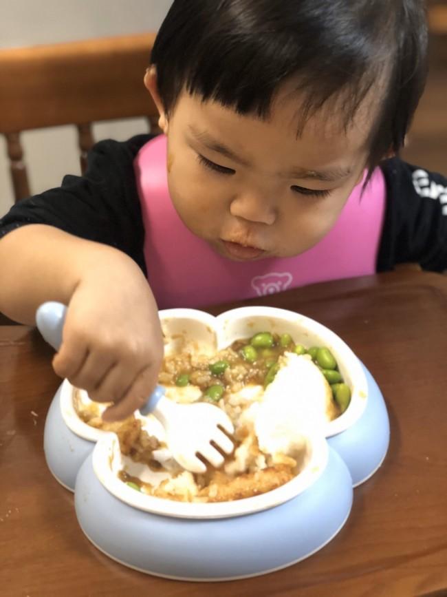 グググっとカトラリーで押すようにおかずをすくったり、おかずをくるくるとかきまわしたりしても、お皿はびくとも動きません!