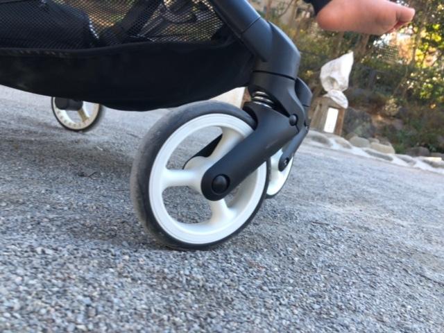 タイヤはシングルで、しっかりサスペンション付き!