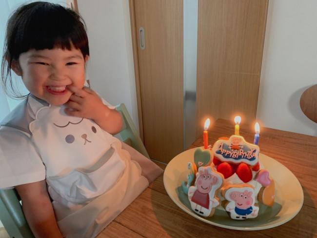 お気に入りで、お誕生日の日もアブーのエプロン♡ お食事エプロンとは思えないかわいさで、ずっと着せていたいです!