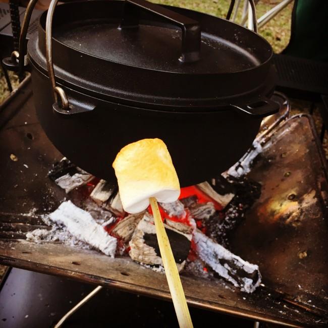炭火に近づけてクルクル回しながら、まんべんなく焦げ目を付けるのがコツ。熱々のコーヒーに入れても美味しい!