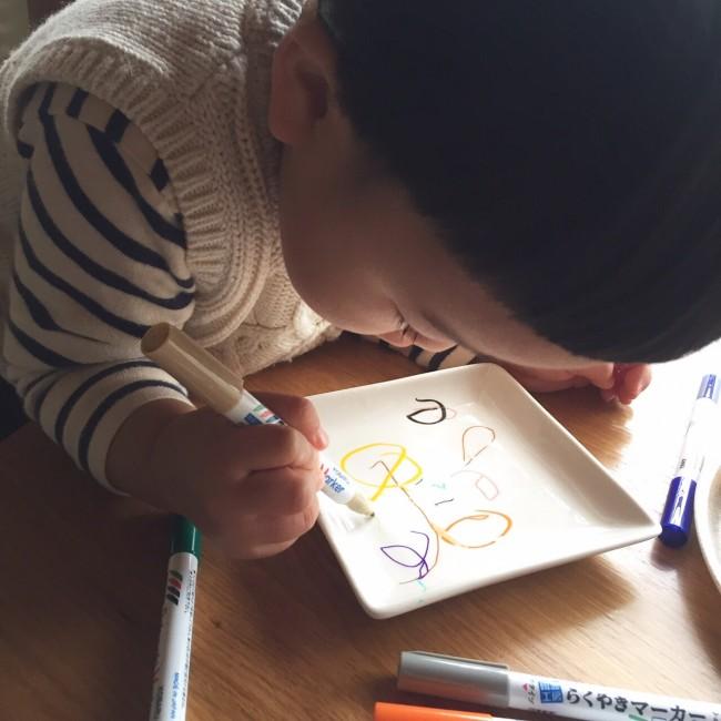 カラフルなペンで、思いつくままにお絵描きしてもらいましょう♡