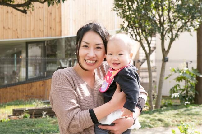 風が強いなか試乗に協力してくれた山口久美子さん&稀衣ちゃん(きいちゃん・10か月)。3歳と0歳の女の子の2児の母である久美子さんは、アパレル会社に勤めていて(現在育休中)オシャレ好き。1人目のときから使っているベビーカーはエアバギーだそうですが、ジッピーライトのスタイリッシュさにひと目惚れしていました♪ 稀衣ちゃんも最後までごきげんでした!