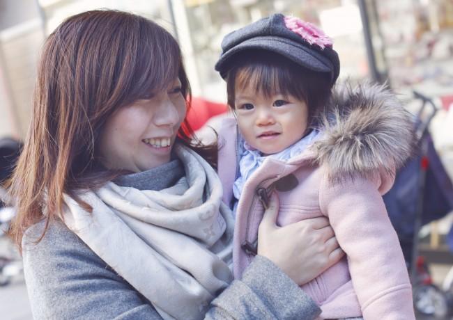 1歳と3ヶ月。何でも興味津々で歩きたがりの里歩ちゃんを暖かく見守るママのやさしい目が印象的でした