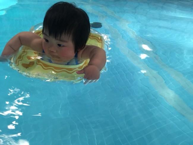 ママ友と行った初めてのプールでは、ボディリングでぷかぷか。普通の浮き輪よりも胴回りに安定感があり、ママも安心です