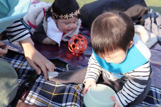 シートを持参すれば、赤ちゃんでも芝生の上にゴロンして楽しめます♪