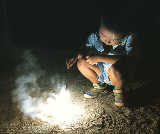 アロハのセットアップを愛用中の夏男子も。花火のときは、足の甲が出るサンダルは厳禁です!