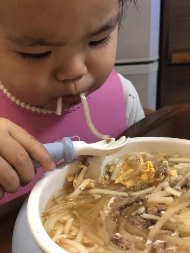 麺類だって一人で上手に食べられるように。これには家族で感動!