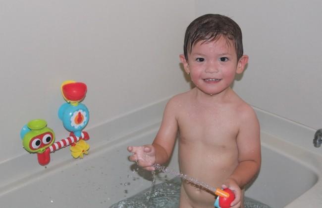 息子はお風呂大好き! 湯船で泳いだり、バストイで遊んだりしています